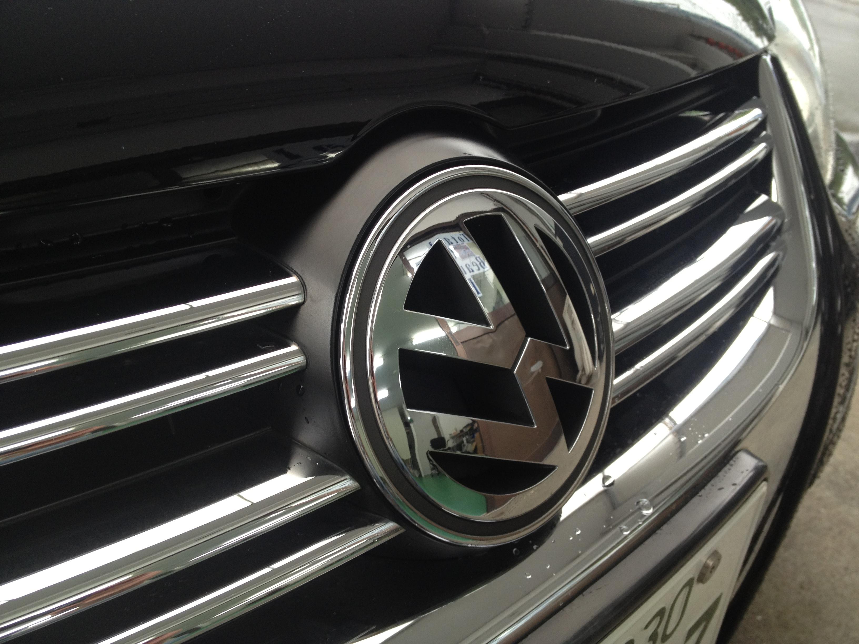 VWフォルクスワーゲンフロントエンブレム取外し