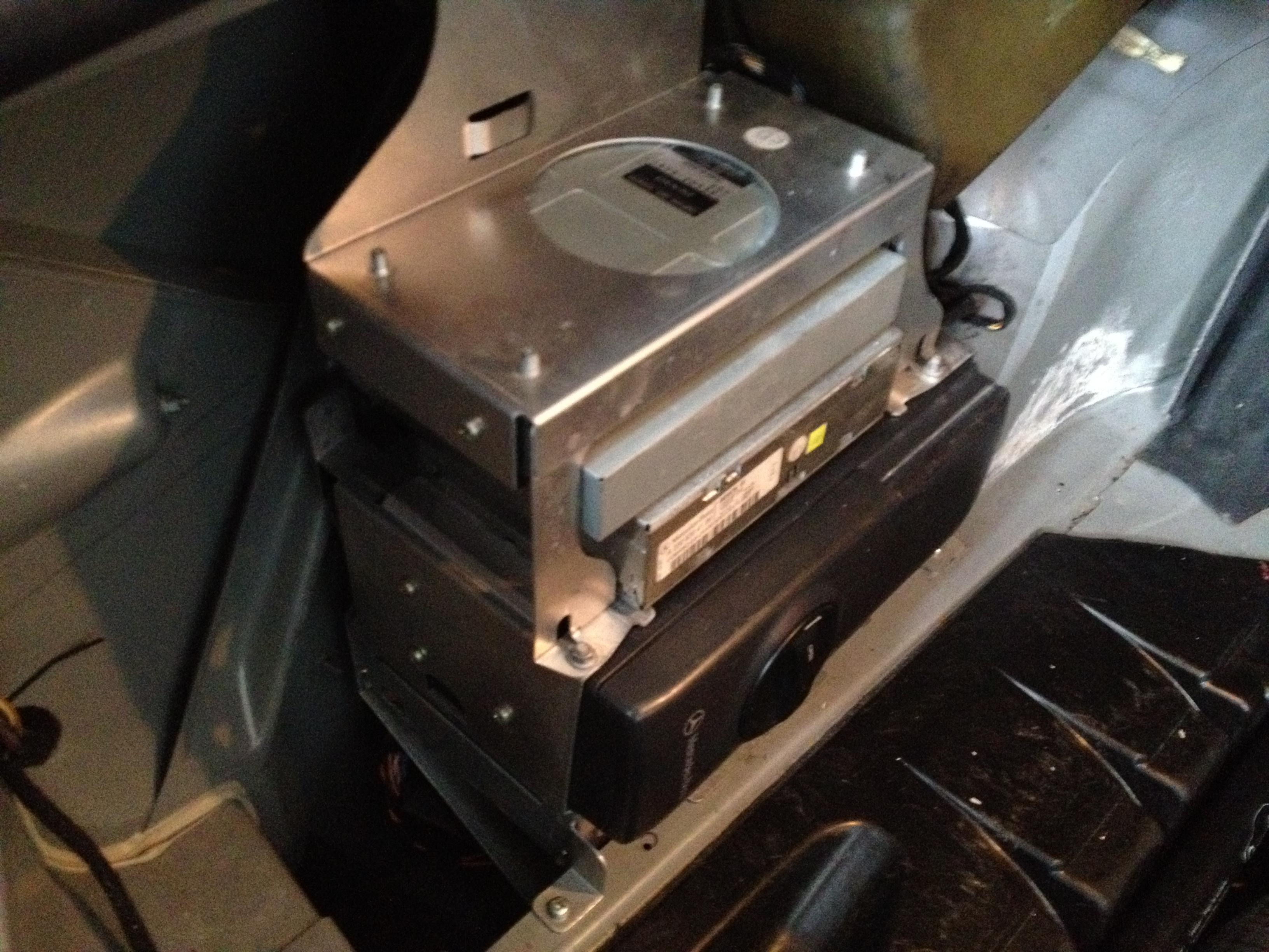 メルセデスベンツW220-S500トランクルームのオーディオユニット
