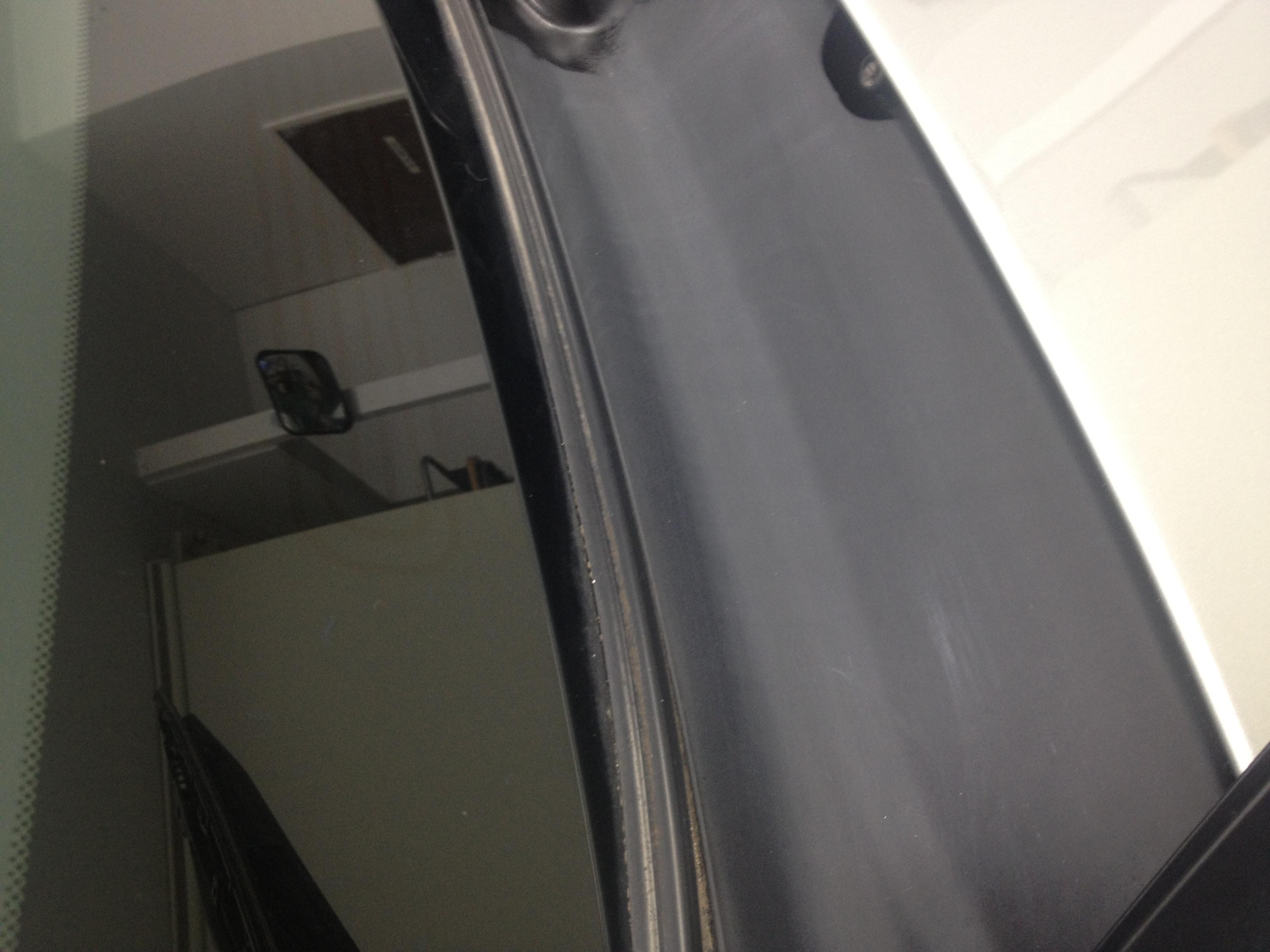 フロントガラス下部のプラスティック部分の劣化