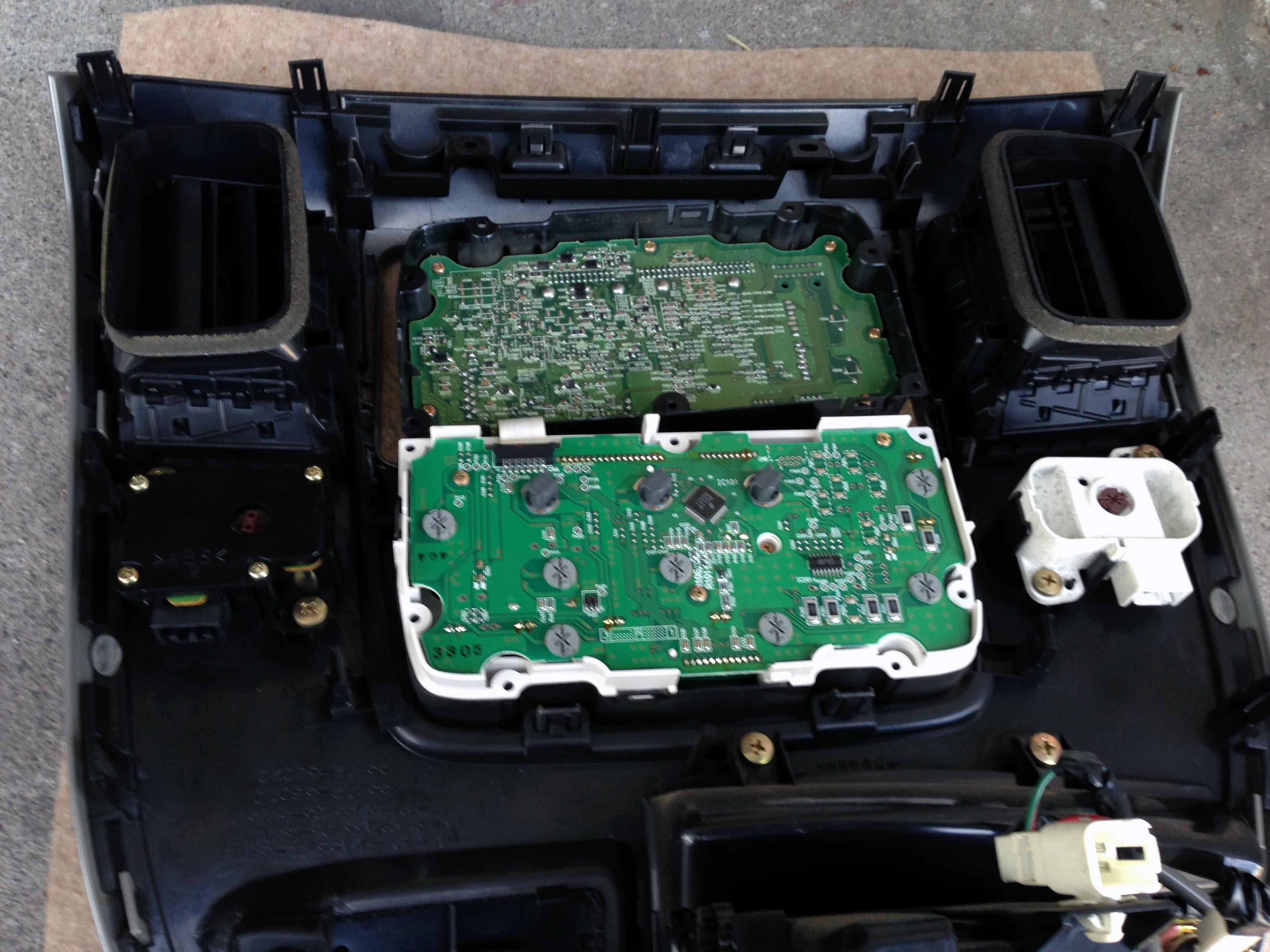 エアコン操作ユニットを分解し電球をLEDに交換します。
