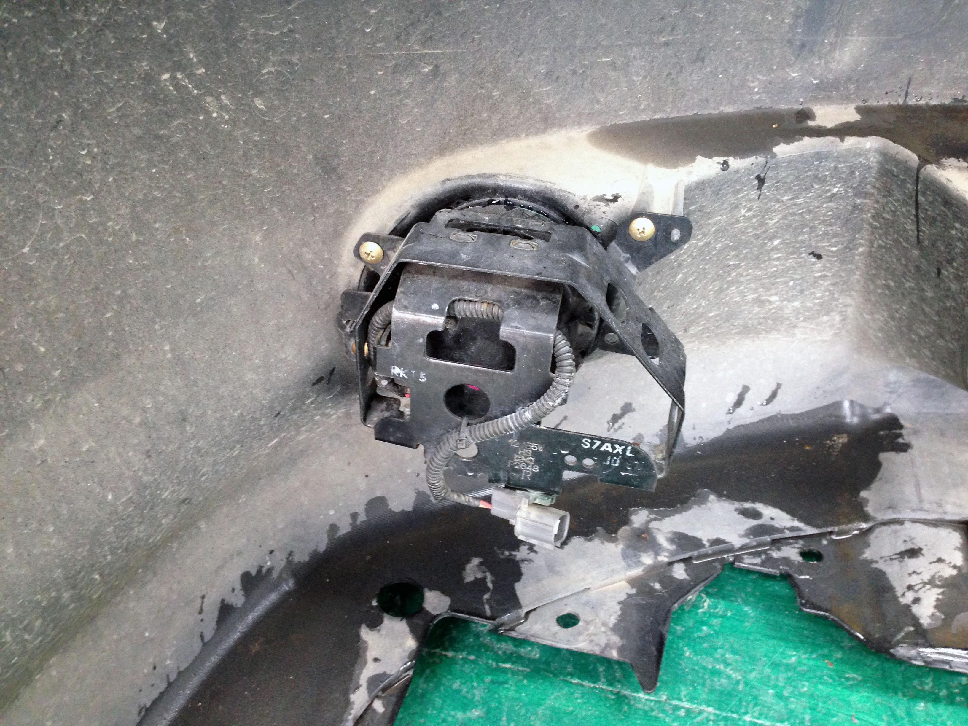 ホンダストリームのバンパーに取り付けられているフォグランプユニット
