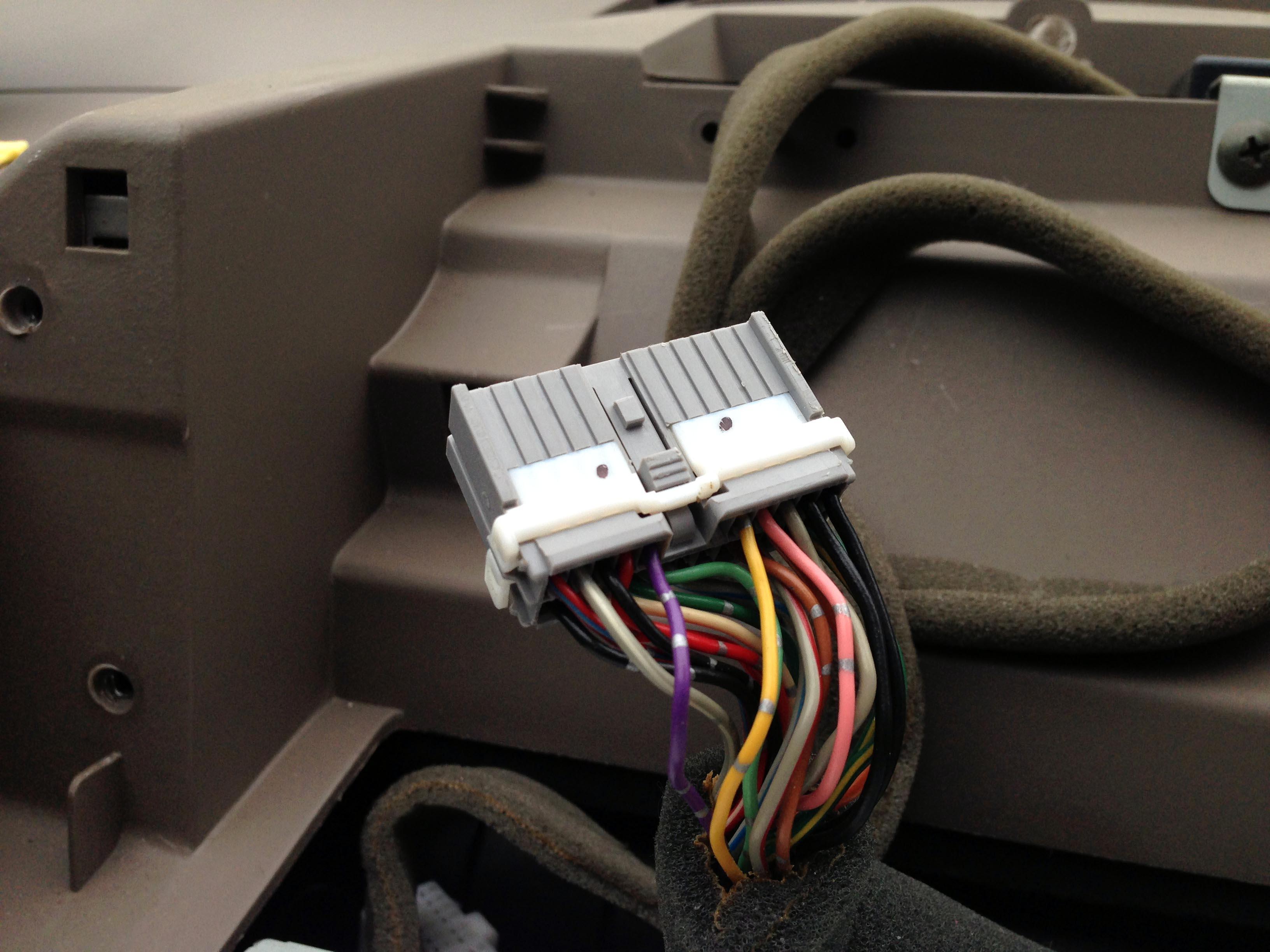 トヨタノア純正モニター配線からバックカメラ映像配線の取り出し