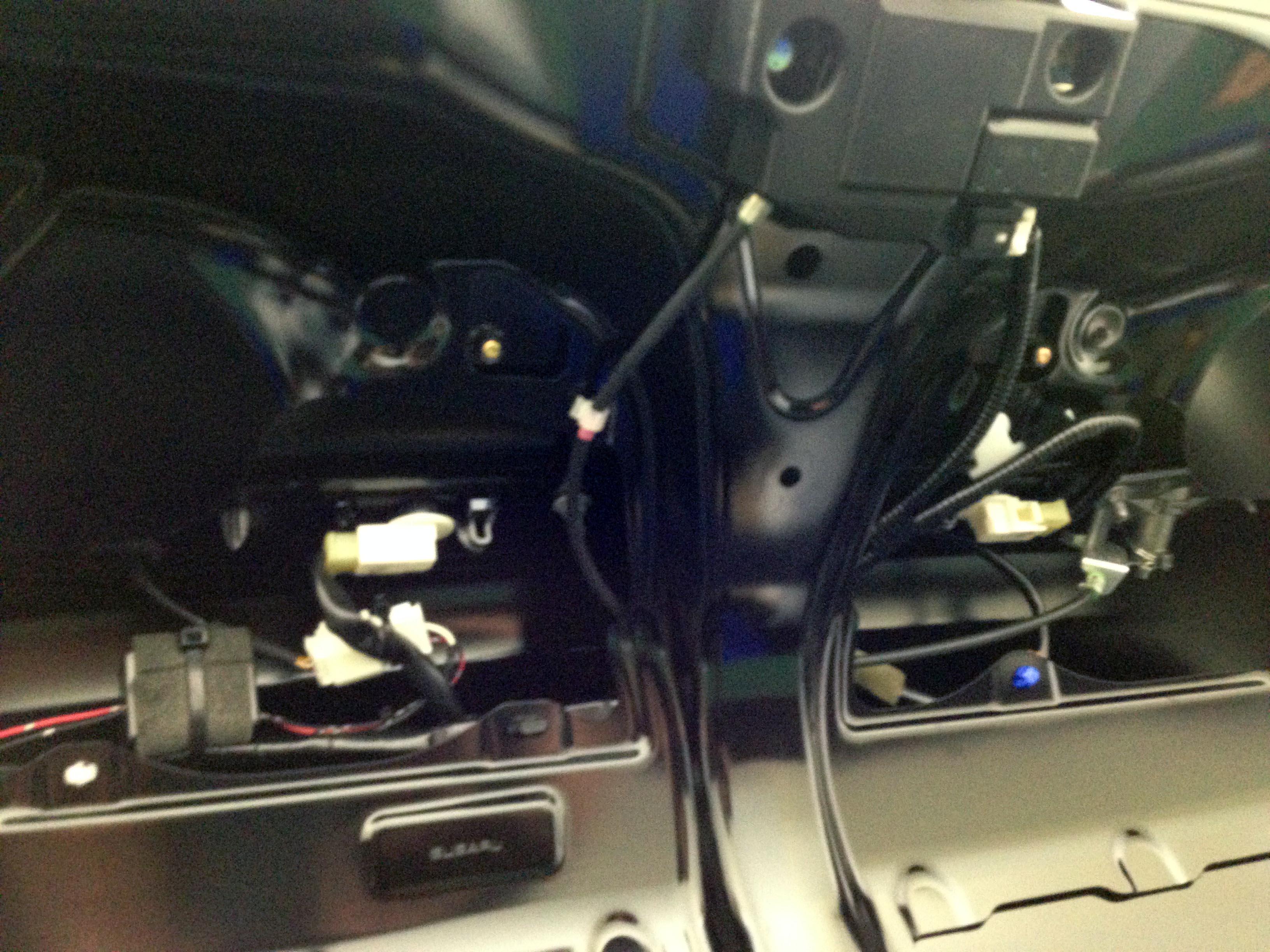 スバルBRZトランク内張りを外しライセンスランプを交換