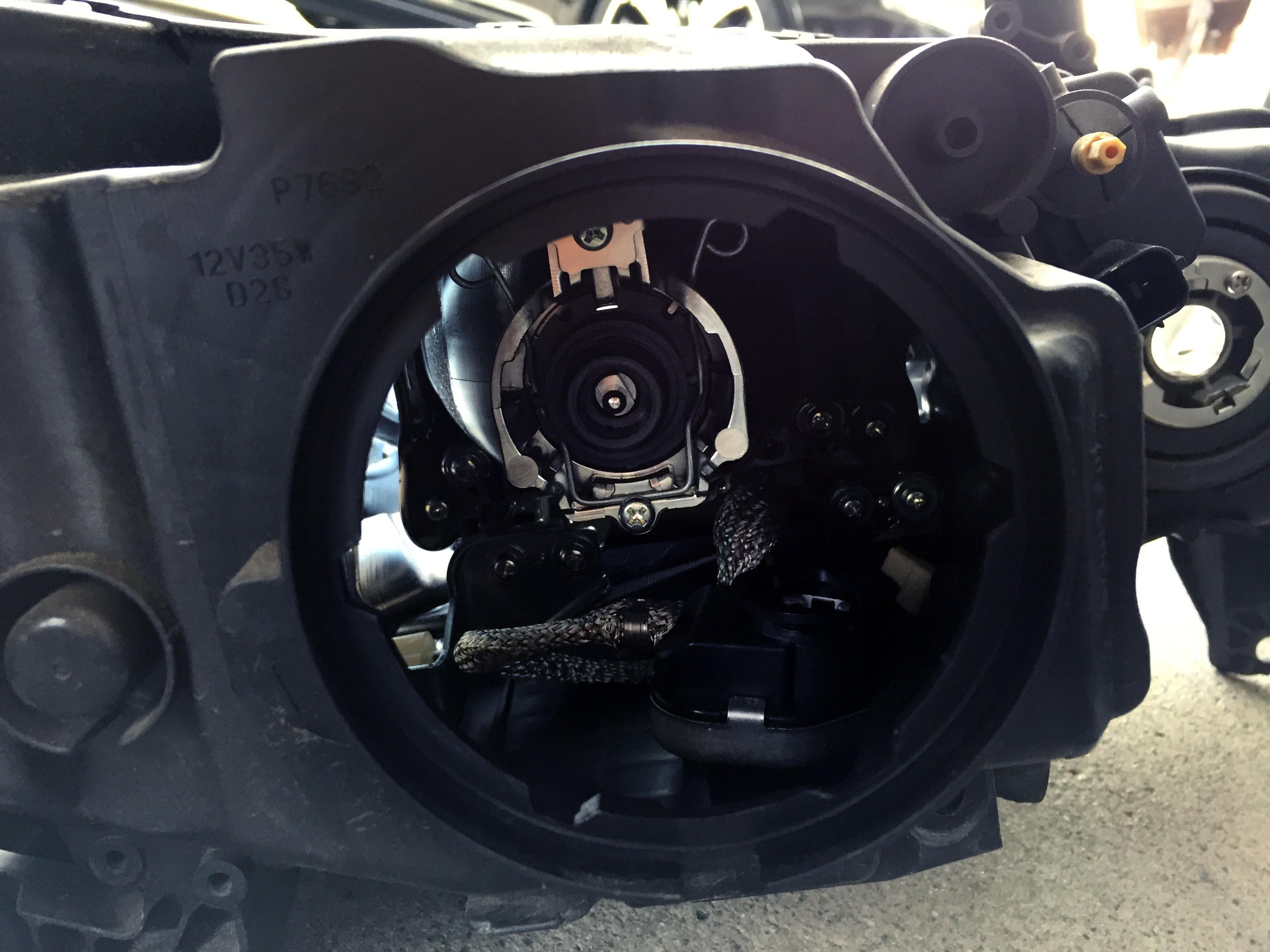 ホンダRB3オデッセイヘッドライト70W-HID化の為既存のD2バーナーを撤去し70W-D2バーナーをセットします。