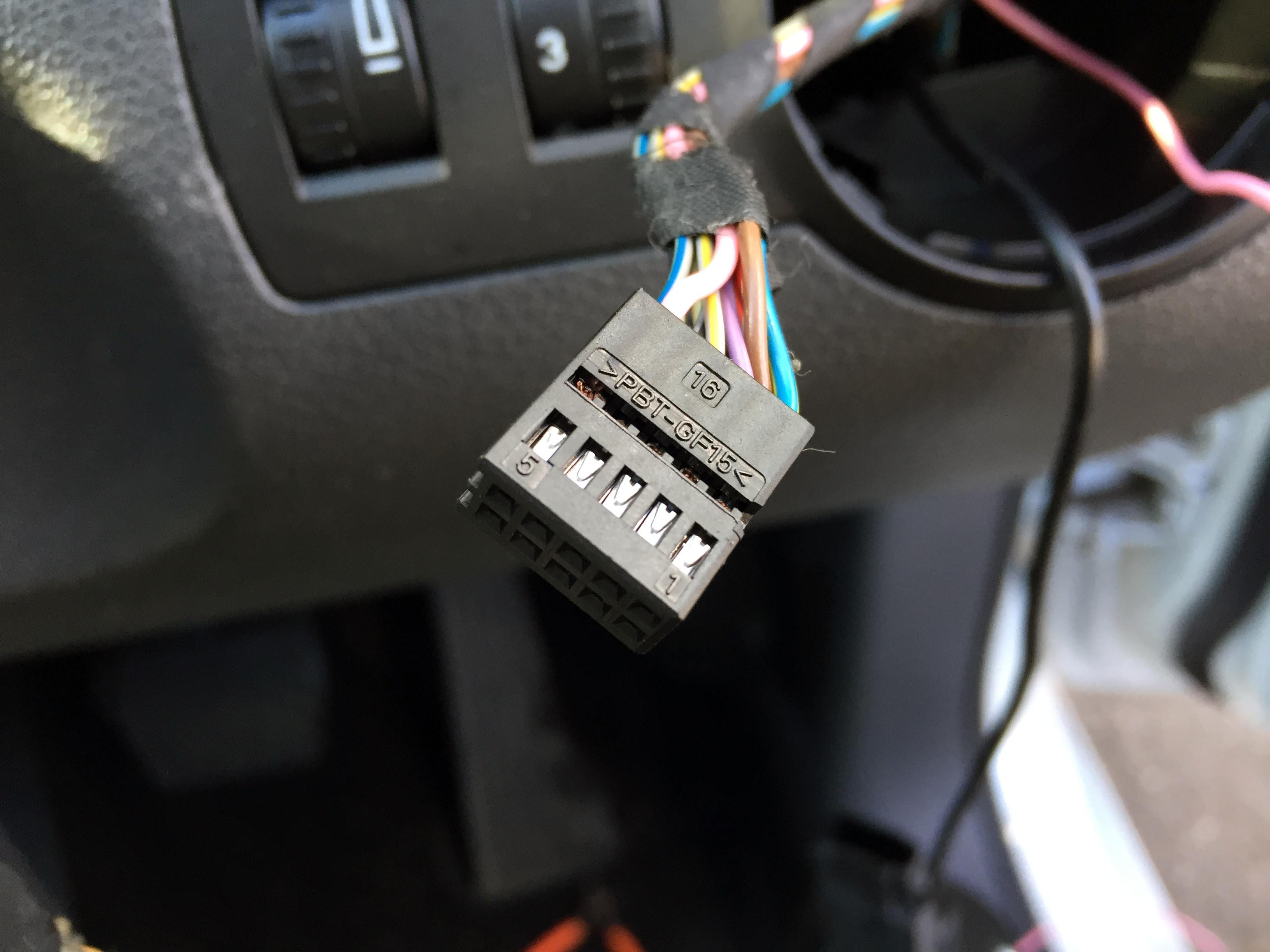 VWゴルフトゥーラン後付けフォグランプスイッチ配線の取り付け。