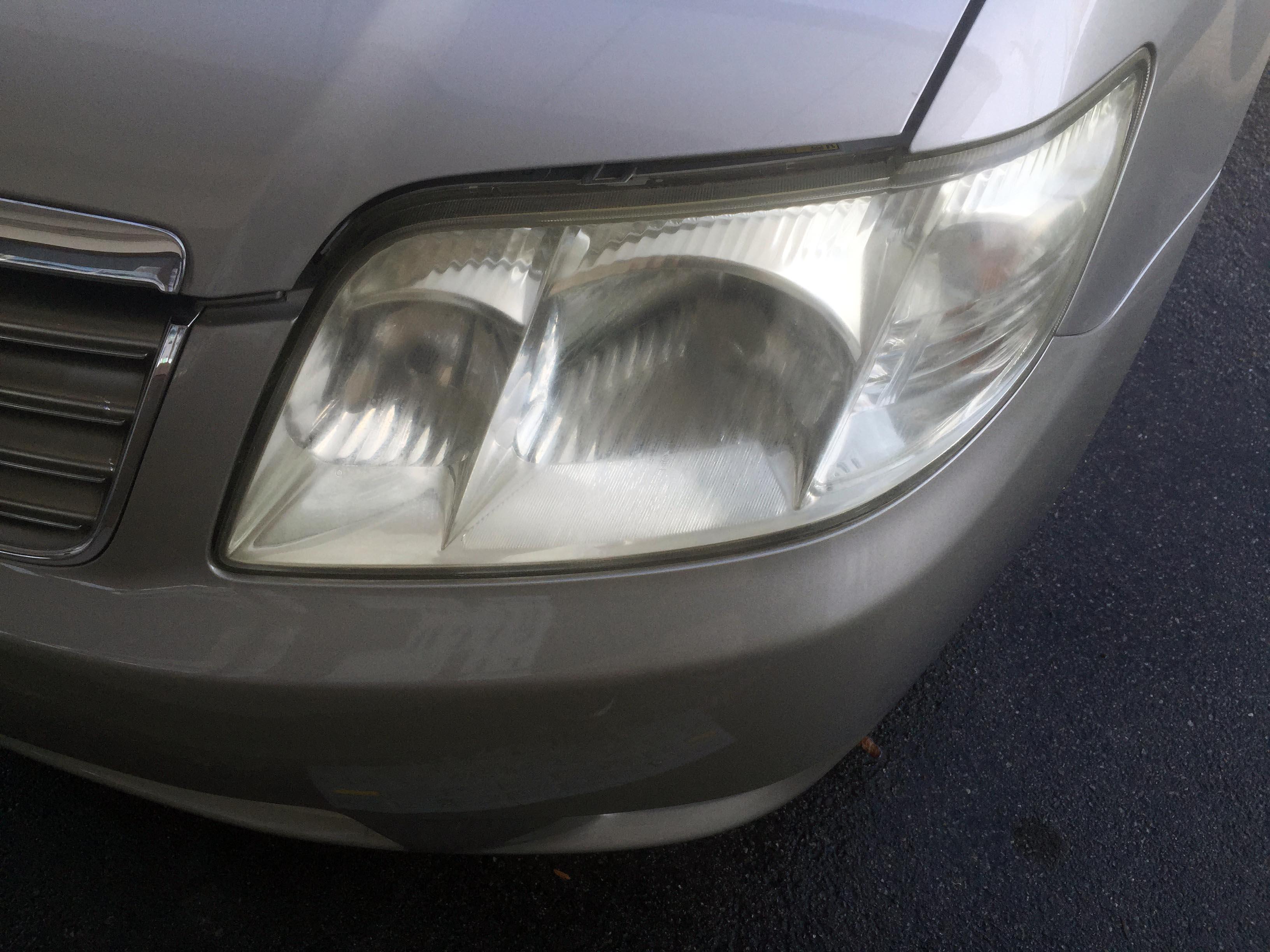 トヨタカローラの劣化し黄ばんだヘッドライト