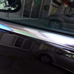 ドアメッキモールの劣化し白濁したモールを磨き輝きを取り戻します
