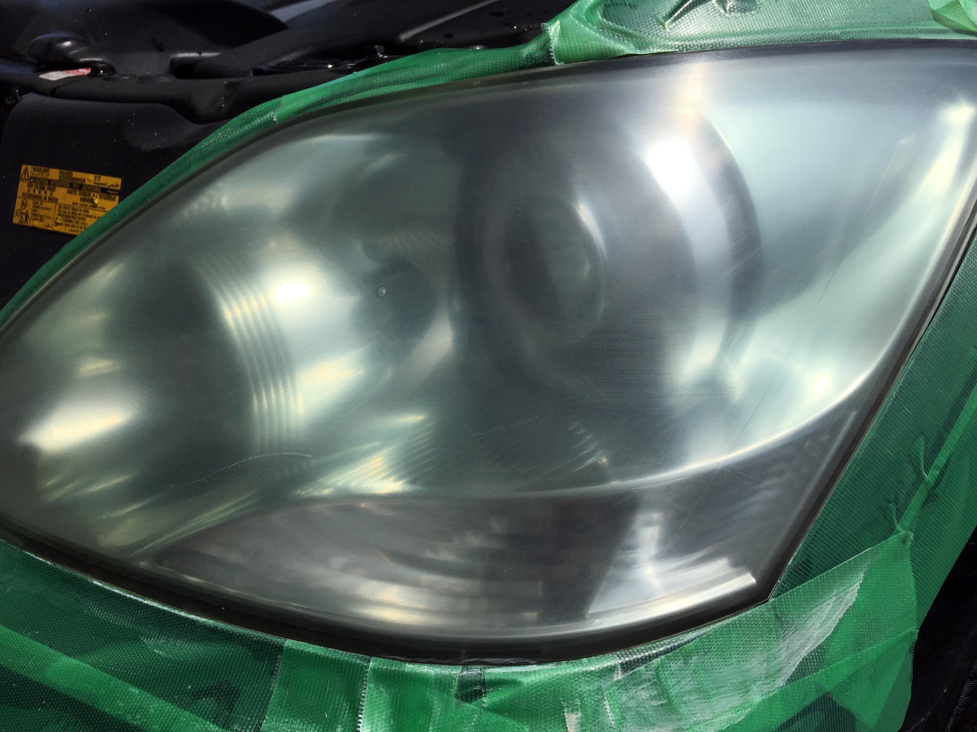 トヨタ30セルシオヘッドライトリフレッシュ(黄ばみ取り)ハードコート層を落とします。