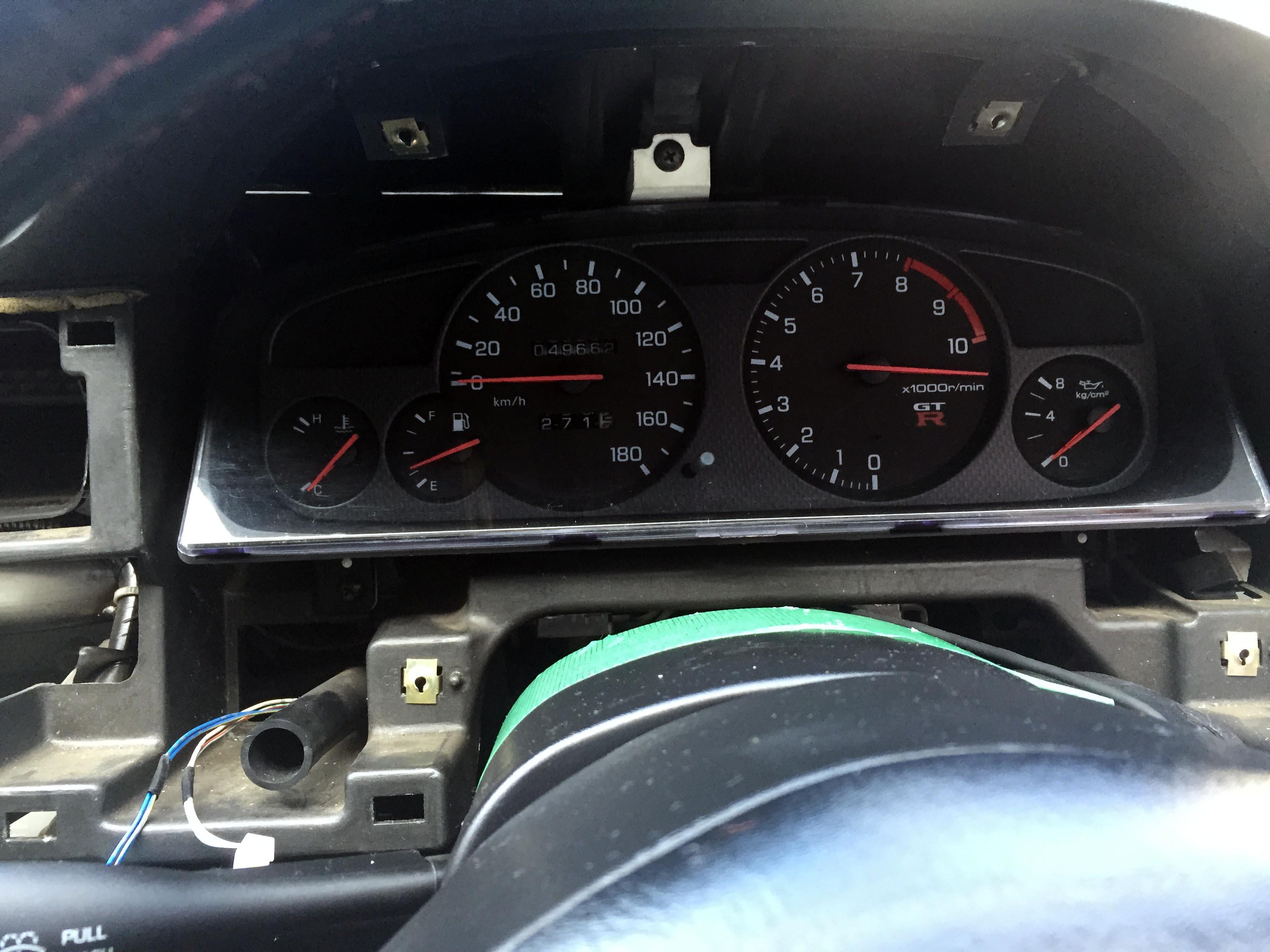 日産R33スカイラインGT-Rのタコメーター指針が振り切れているので修正します。