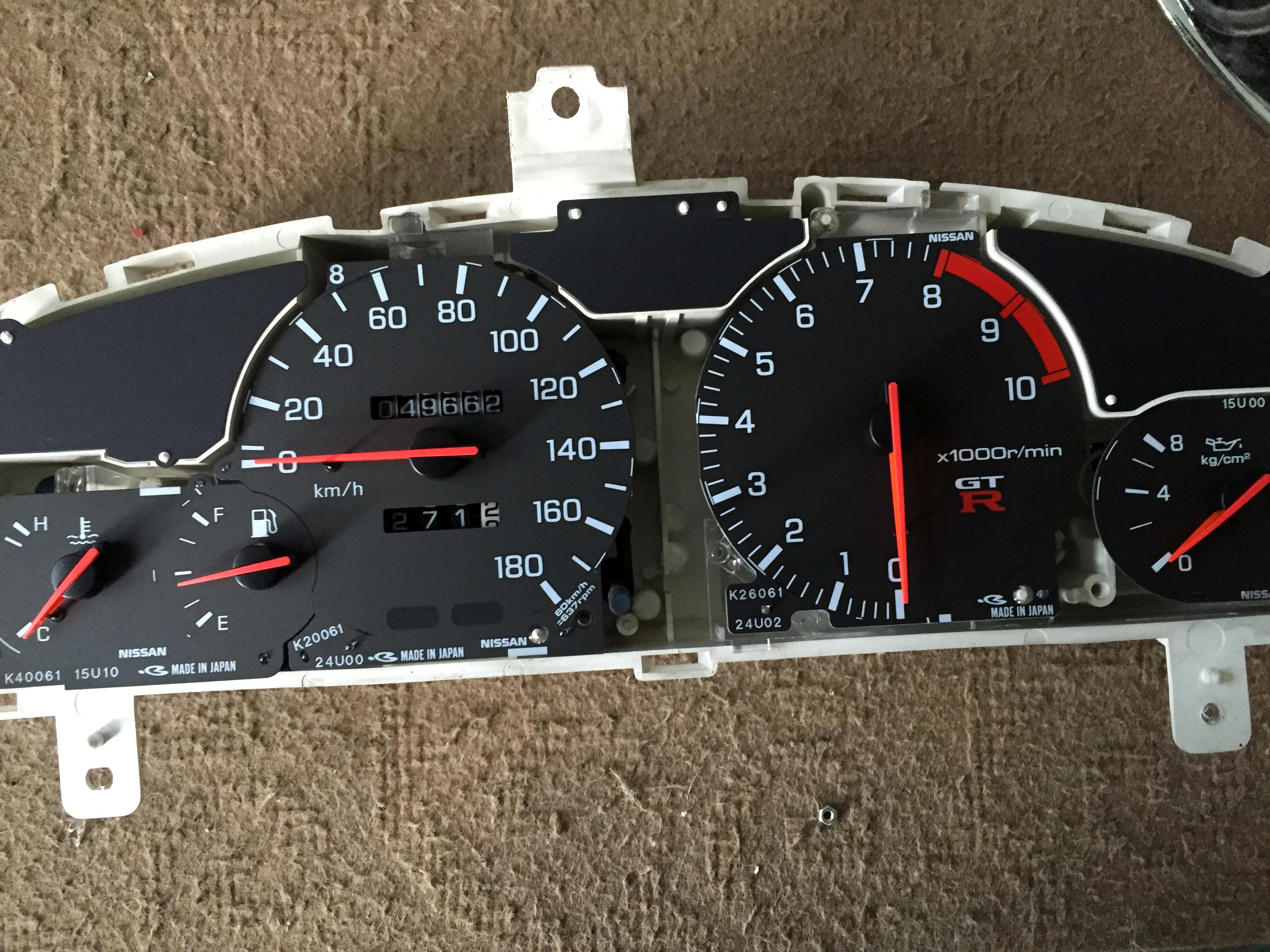 日産R33スカイラインGT-Rのタコメーター指針を0に戻しました。