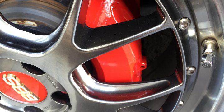 トヨタ30セルシオフロントブレーキキャリパーを赤に塗装