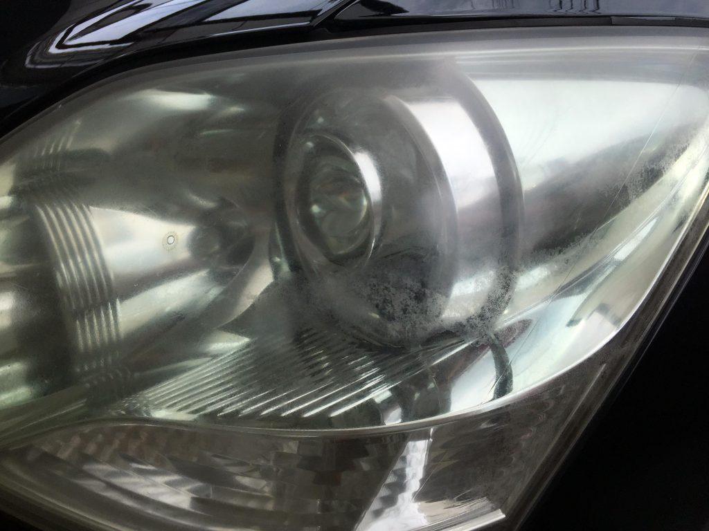 トヨタ30セルシオのヘッドライトが劣化しトップコート層が剥がれています