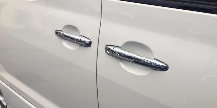 トヨタ10系アルファードのドアハンドルをメッキタイプに交換
