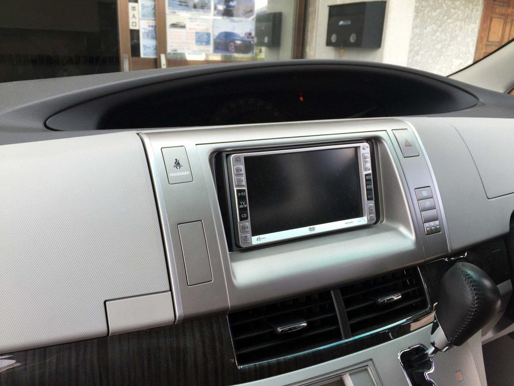 トヨタ50系エスティマのディーラーオプションナビを取り外します