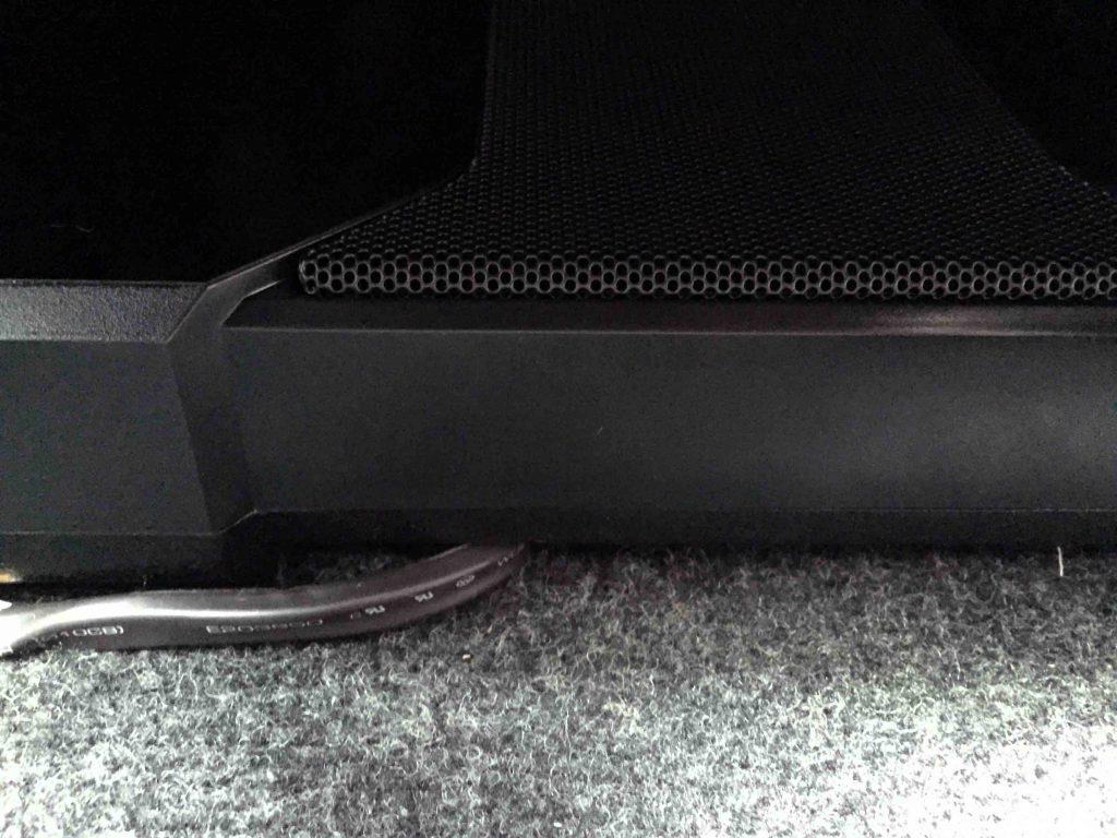 ダイハツテリオスキッドの助手席シート下へサブウーハーを設置
