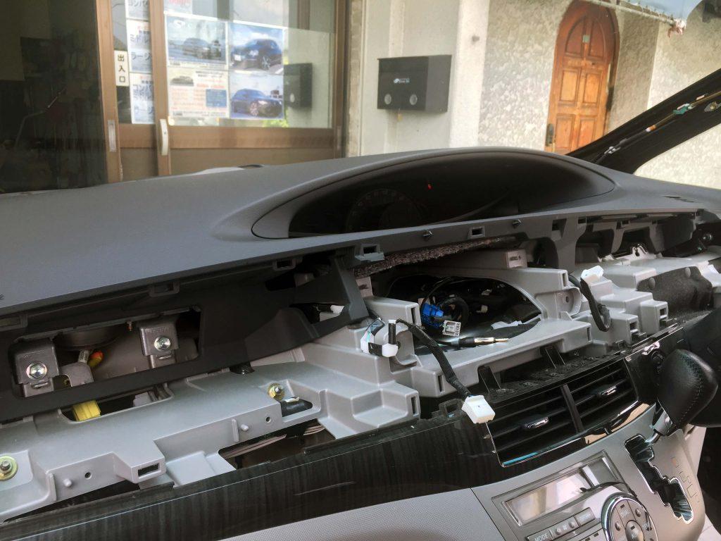トヨタ50系エスティマのパネル類を取り外します