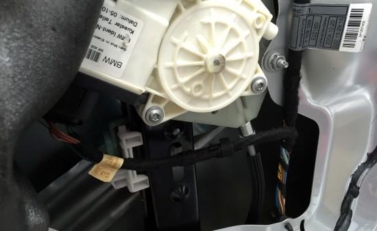 BMW X3のパワーウインドウレギュレーターを交換