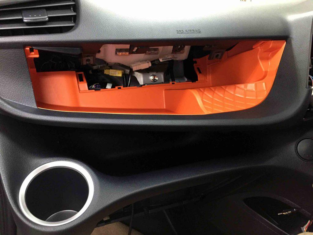 トヨタ新型シエンタのインパネアッパーボックスを取り外します
