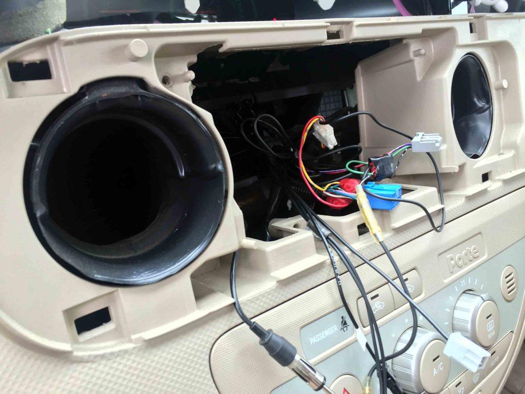 トヨタシエンタの純正ナビ配線を加工し走行中の映像視聴やナビ操作を可能にします