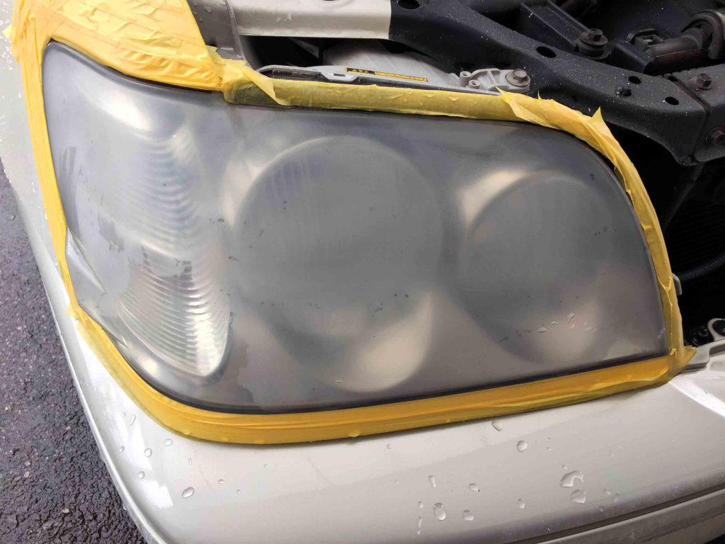 トヨタクラウンのヘッドライトレンズにコーティングされた層を全て落とします