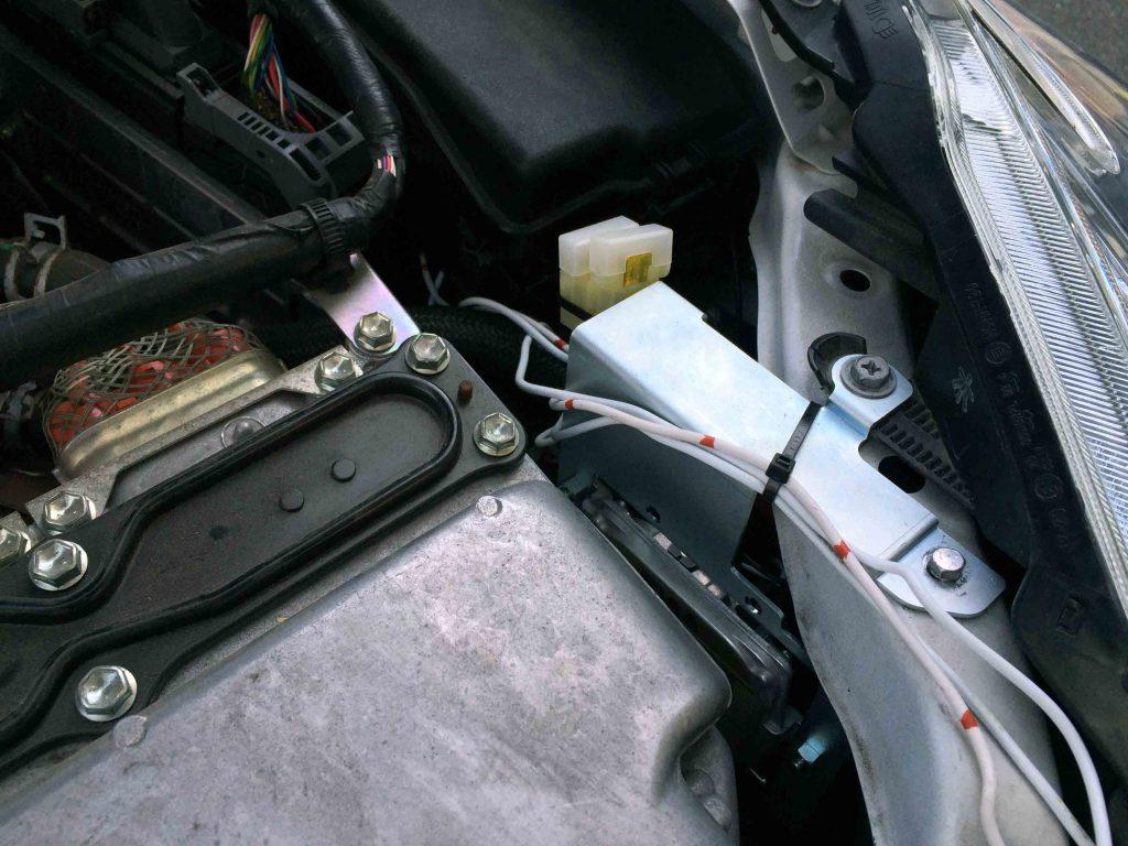 トヨタプリウスへ取り付けたHIDキットリレーの配線類を固定します