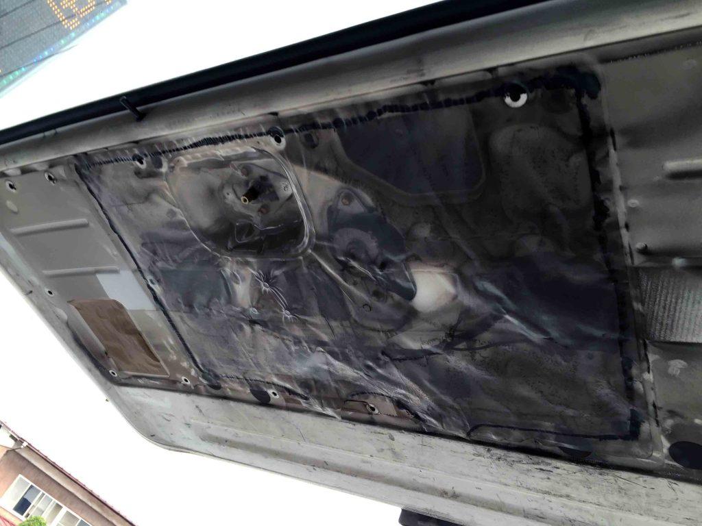 トヨタ100系ハイエースにバックカメラを取り付ける為、内貼りとドアハンドルを取り外します。