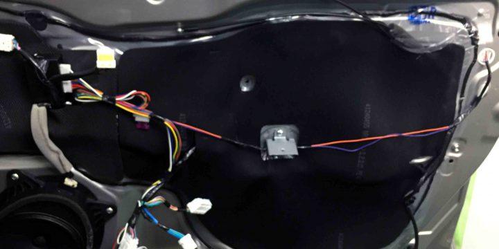 スバルBS9アウトバックのドアロックアンロック配線を接続します