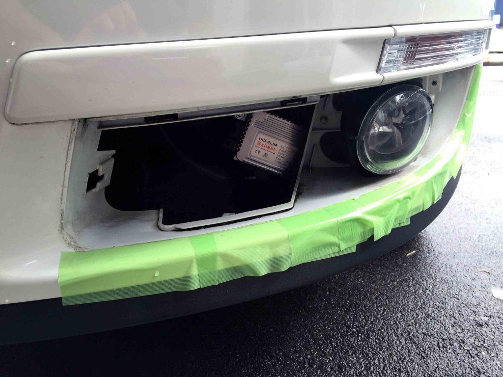 VW3CパサートフォグランプHIDバラストを固定し配線を纏めてランプ本体を固定します
