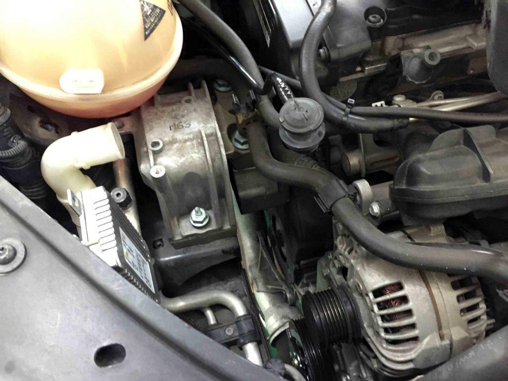 VWジェッタのVベルトやテンショナーキャニスター等を取り外してエンジンマウントを外します。