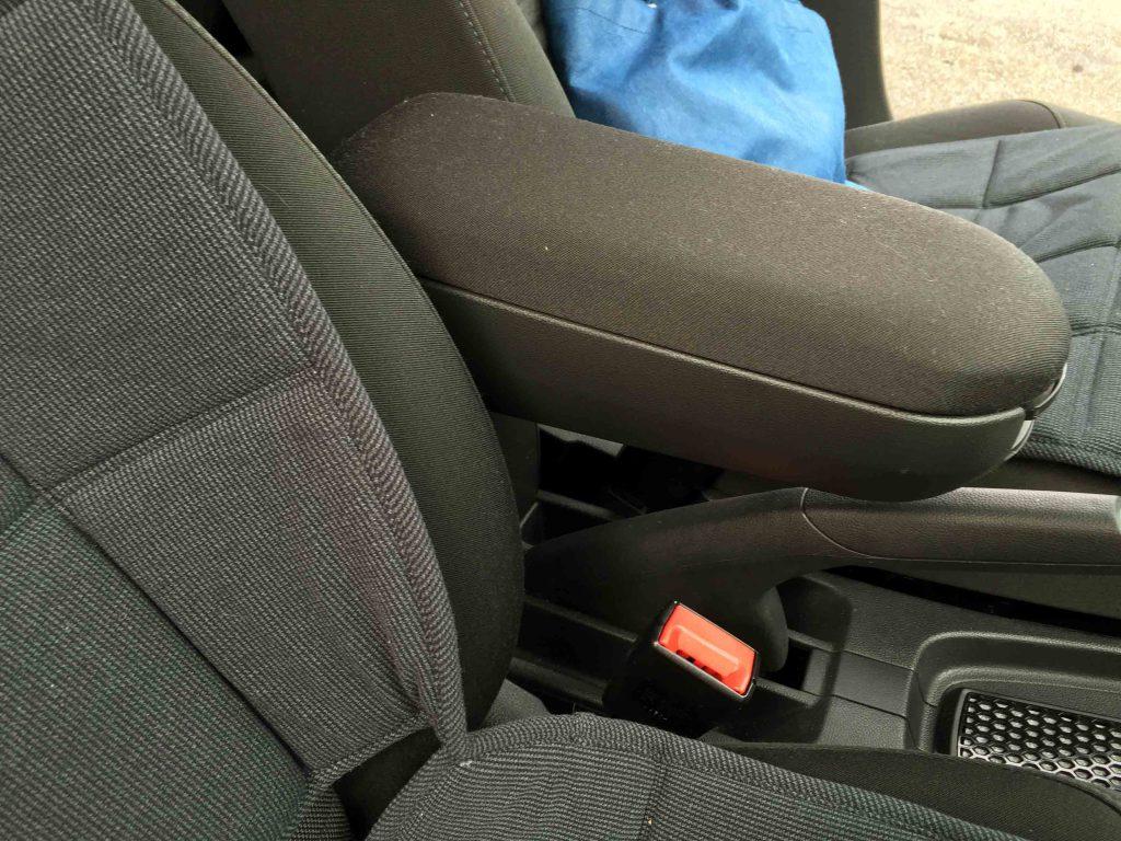 VWフォルクスワーゲンPOLO6Rへアームレストを取り付けた状態です