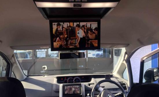 トヨタ70系ヴォクシーの純正ナビ地デジ映像とフリップダウンモニターの映像