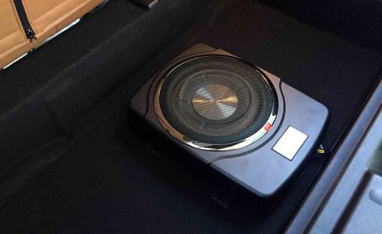 BMW MINI F55 に取り付けたBlackBox_X10サブウーハー