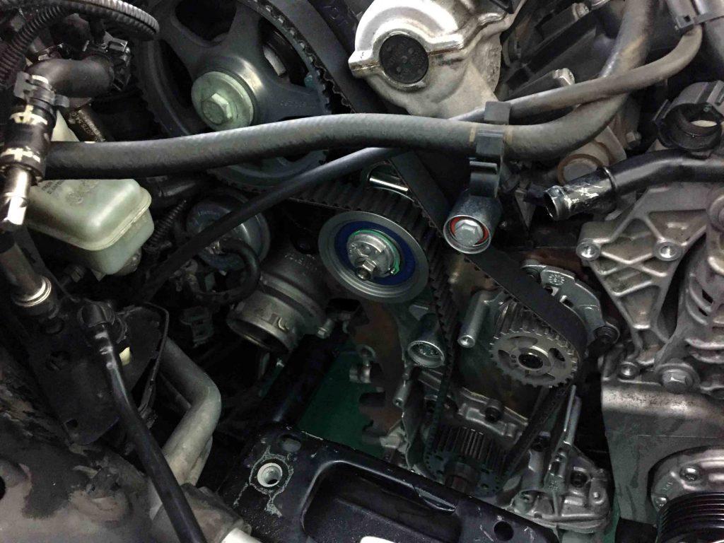 VWジェッタのタイミングベルトやウォーターポンプ交換後にテンショナーを適正位置へ固定します。