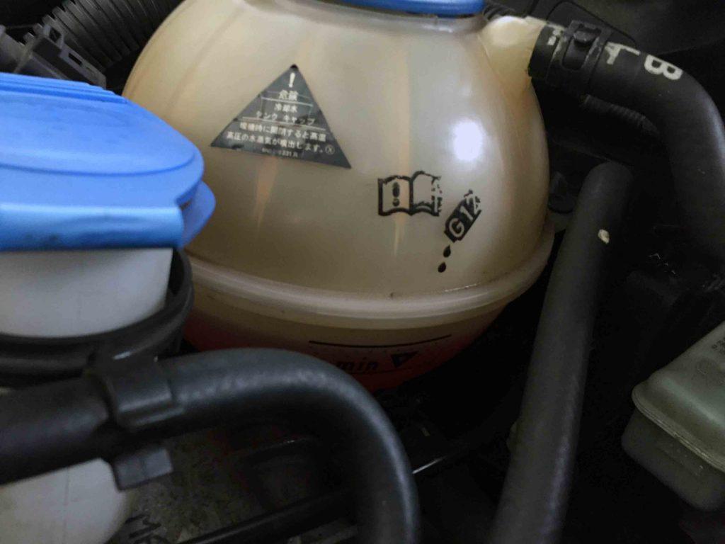 VWジェッタのクーラントエア抜きを行い適正値までクーラントを補充します。