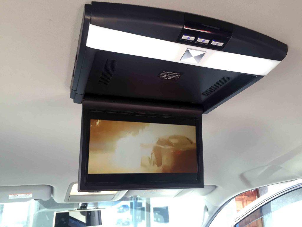 トヨタ70系ヴォクシーへ取り付けたフリップダウンモニターの映像とLEDランプ