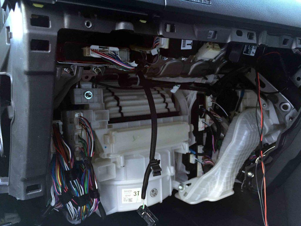 トヨタランドクルーザープラドのグローブボックスを取り外し各種配線を固定します