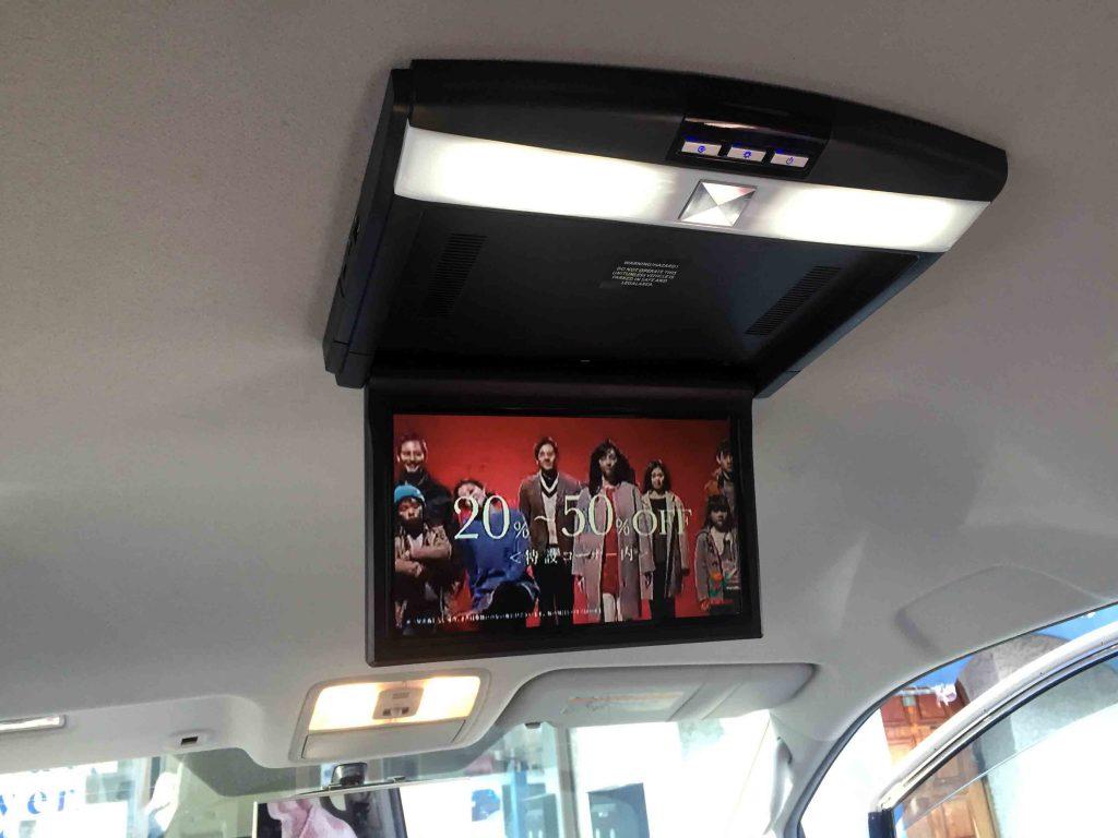 トヨタ70系ヴォクシーへ取り付けたフリップダウンモニターに映る地デジ映像