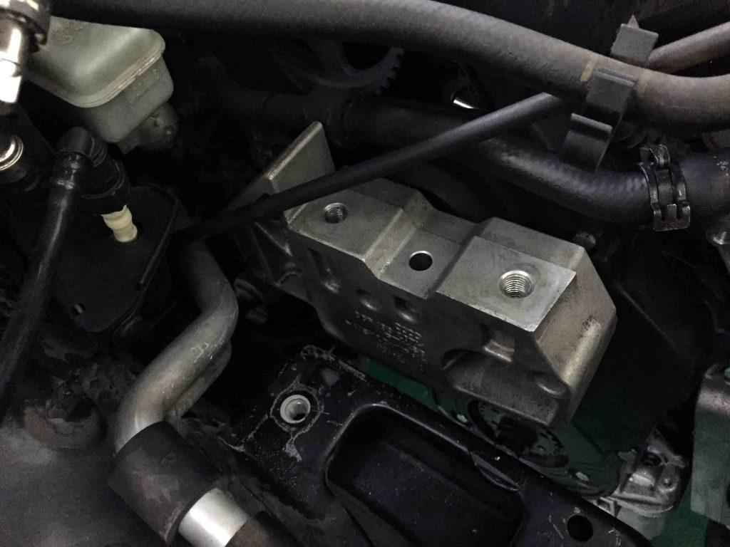 VWジェッタのエンジンマウントを取り外します。