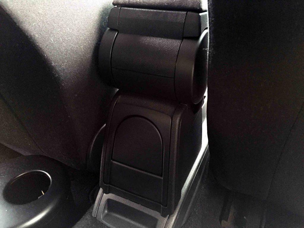 VWフォルクスワーゲンPOLO6Rに取り付けたアームレストのカップホルダーを最後に取り付けます