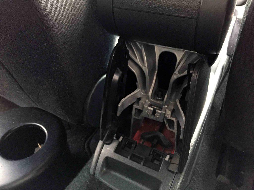 VWフォルクスワーゲンPOLO6Rへ取り付けた台座にアームレスト本体を固定
