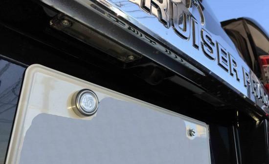 トヨタランドクルーザープラドへ埋め込み加工したバックカメラの取り付け位置