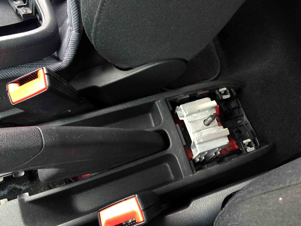 VWフォルクスワーゲンPOLO6Rへアームレストの台座を固定します