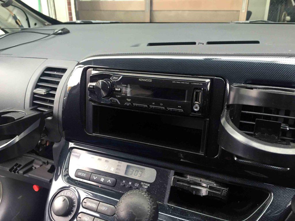 トヨタ10系ウィッシュに現在取り付けられているオーディオを撤去します