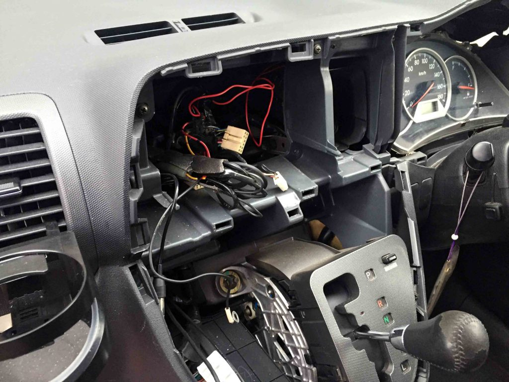 トヨタ10系ウィッシュのセンターパネル類を取り外します