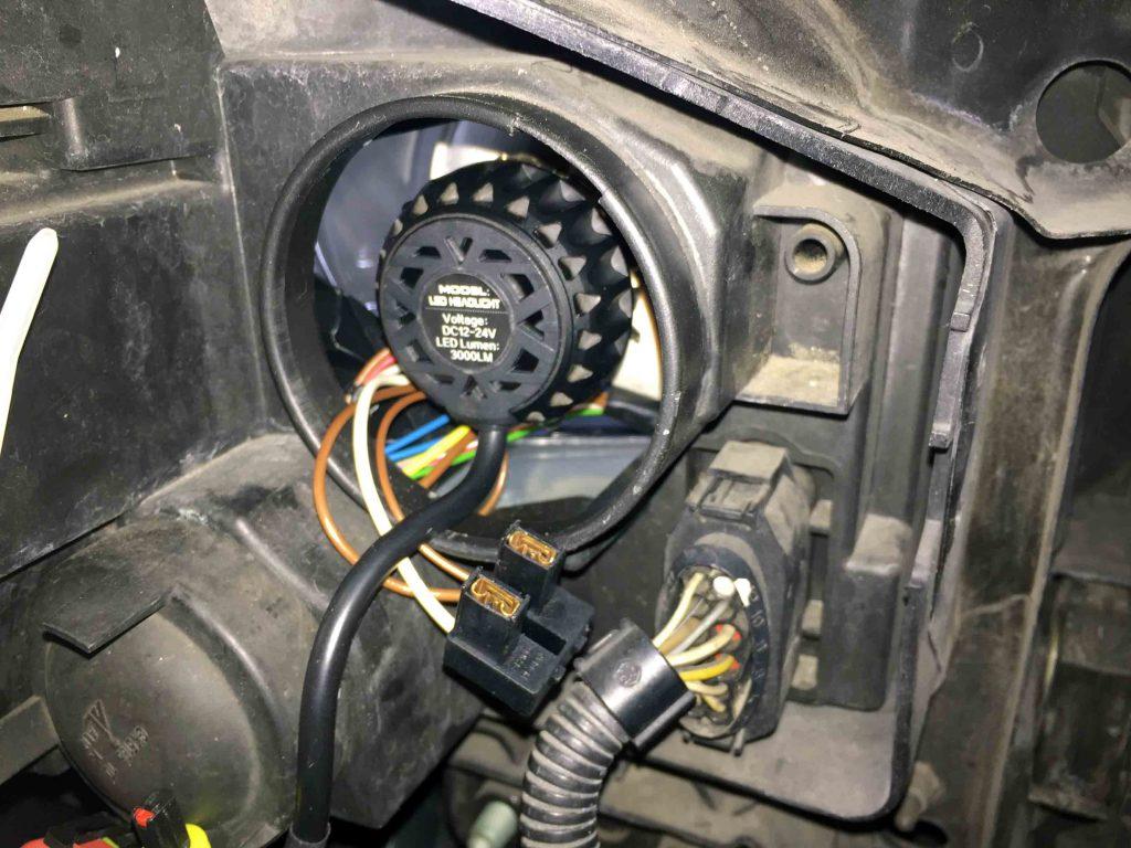 VWフォルクスワーゲンジェッタのハイビームへLEDヘッドランプユニットを固定