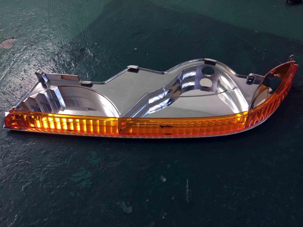 トヨタ17系クラウンマジェスタの殻割したヘッドライトからウインカーレンズを取り外します