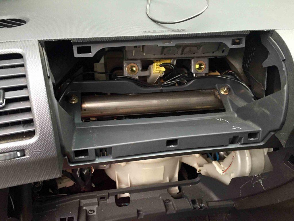 トヨタ10系ウィッシュのグローブボックス等を取り外してアンテナ配線類を通します