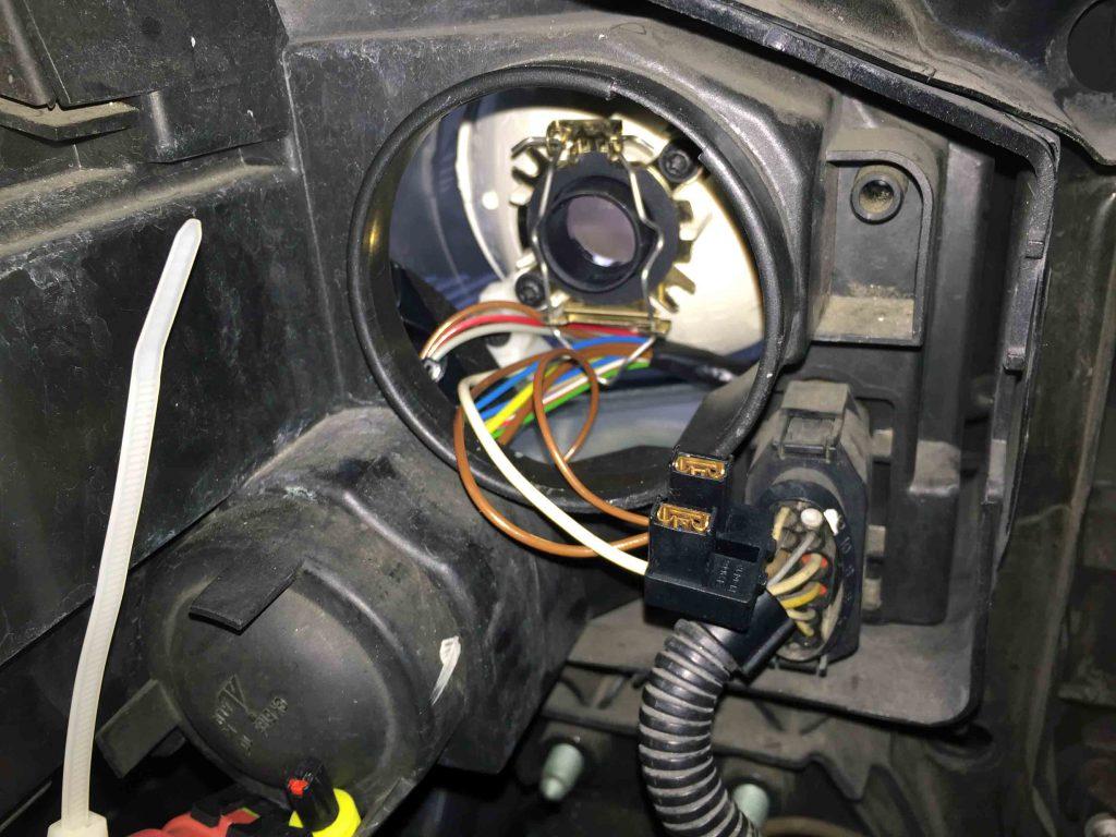 VWフォルクスワーゲンジェッタのハイビームバルブ取り付け場所へLEDヘッドランプの台座を固定