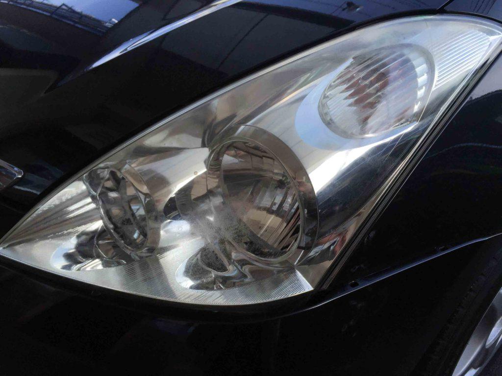 トヨタウィッシュのヘッドライトレンズが劣化しトップコートの剥がれが発生