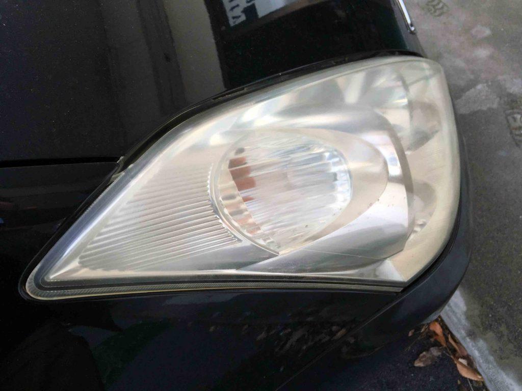 トヨタウィッシュのヘッドライトが劣化し全体にくすみや黄ばみが発生しています